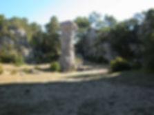 Vestiges du village protohistorique, cheminée de fée, colonne naturelle de pierre, vue rapprochée.