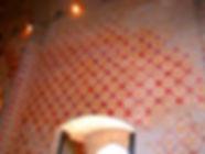 Anciennes peintures sur les murs de la chapelle de Centeilles. Ici, autre motif décoratid rouge et or, au-dessus de l'entrée.