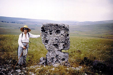 mégalithes, menhir, vue d'une randonneuse près d'un petit menhir plat