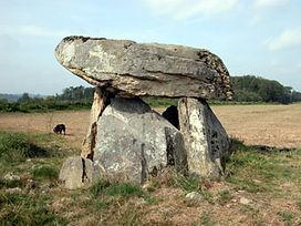 Vue arrière du dolmen de Berneuil, dalle très massive.