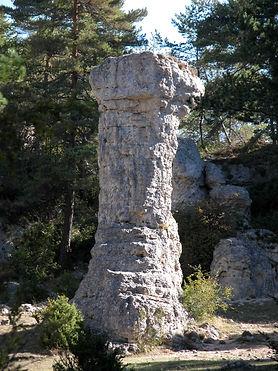 Vestiges du village protohistorique, cheminée de fée, colonne naturelle de pierre, vue très rapprochée