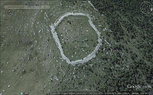 Vue aérienne (photo : Google Earth) de l'enceinte protohistorique de Drigas