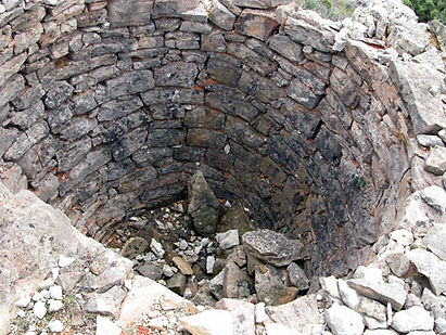 Vue du puits de calcination du calcaire d'un ancien four à chaux artisanal.
