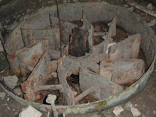 Moulin à turbines de Tournefeuille. Vue d'une turbine et de son axe de bois.
