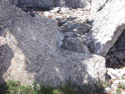 dolmen, allée couverte (très long dolmen), détails d'un passage circulaire du dolmen