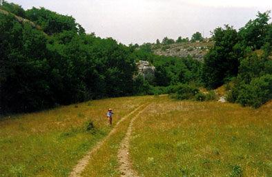 Randonnées pédestres dans des lieux insolites. Photo : le chemin de la Combe Longue près de Rocamadour dans le Lot.