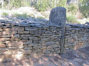 dolmen, tumulus, vue rapprochée d'une pierre d'ancrage du tumulus