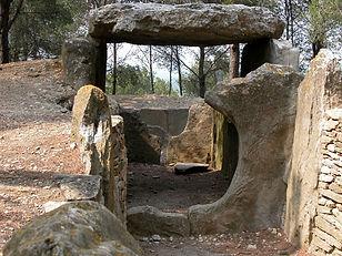Randonnées pédestres dans des lieux insolites. Lien vers la page sur les dolmens. Photo : une allée couverte (très long dolmen)