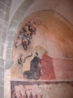 Anciennes peintures sur les murs de la chapelle de Centeilles. Ici, la Vierge pleurant sur le tombeau du Christ.