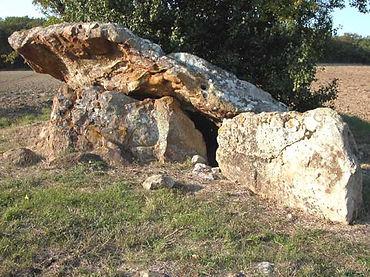 dolmen, dolmen à couloir, dolmen ruiné, dolmen avec accès par un couloir