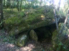 Dolmen ruiné très massif, le long du chemin.