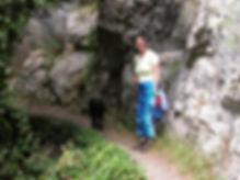 Photo d'une randonneuse et de son chien à l'entrée des gorges de San Jaume