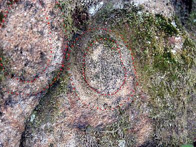 Les énigmes de Morenci, signes gravés semblabes à ceux de la croix, vue rapprochée et identification.