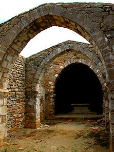 Vue de l'intérieur de l'église de Saint-Martin, arches gothiques, travée centrale