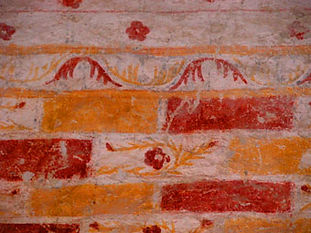 Anciennes peintures sur les murs de la Chapelle de Centeilles. Ici, motif purement décoratif, rouge et doré.