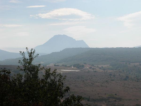 Montagne impresionnante dans un lieu aride et brumeux