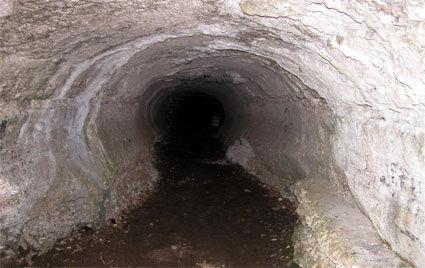 Grand boyau creusé par l'érosion de la rivière dans le roc, proche de l'Arche de pierre.