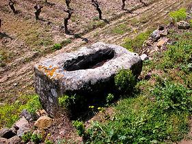 Ancien  bac de pierre artisanal, ayant servi à presser des olives