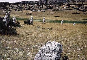 Randonnées pédestres dans des lieux insolites. Lien vers la page sur les cromlechs (cercles de pierres dressées). Photo : vue élargie d'un cromlech