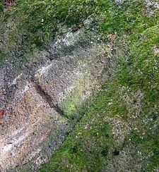 Randonnées pédestres dans des lieux insolites. Lien vers la page sur les signes gravés sur les rochers de Morenci, près de MOtnségur dans l'Ariège. Photo : Signe gravé.