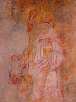 Anciennes peintures sur les murs de la chapelle de Centeilles. Ici, un personnage ecclesiastique, portant la mitre et muni d'une crosse et d'un livre sacré.
