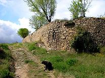 Randonnées pédestres dans des lieux insolites. Lien vers la page sur les lauziès du Minervois. Photo : un grand mur de lauzes près de la Livinière dans le Minervois.