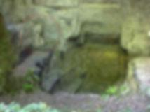Chimère scluptée dans la carrière de sarcophages. Vue élargie.