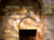 Extérieur de la chapelle de Saint-Germain, décalage de la porte d'entrée et du portail