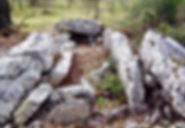 dolmen, dolmen à accès par couloir rectiligne 1, long alignement de dalles devant l'entrée dans le dolmen