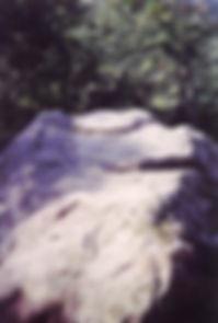Les énigmes de Morenci : vue du roc sculpté de la Fougasse