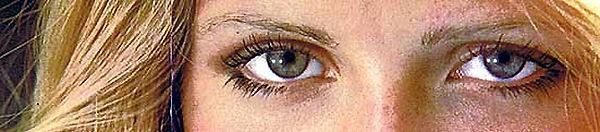 Photo du haut Photo du visage et des yeux d'une très jolie jeune femme.