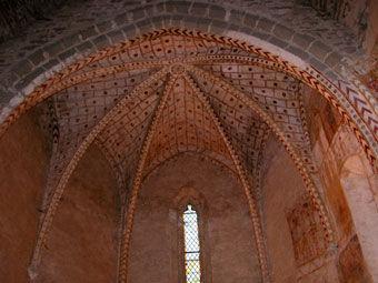 Anciennes peintures sur les murs de la chapelle de Centeilles. Ici, magnifique décoration du transept du XVe siècle.