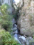 Photo montrant l'étroitesse des gorges de San Jaume et la torrent dans leur fond.