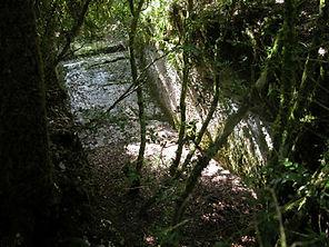 En dessous de l'arche de pierre, un bief de moulin, vue de dessus.