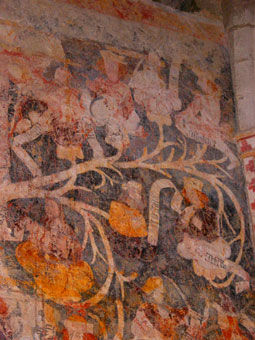 Randonnées pédestres dans des lieux insolites. Lien vers la page sur la Chapelle de Centeilles près de Siran, dans le Minervois. Photos : anciennes peintures sur les murs de la chapelle.