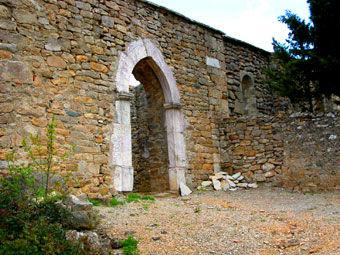 Vue de l'entrée l'église de Saint-Martin, portail gothique.