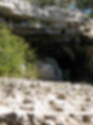 Randonnées pédestres dans des lieux insolites. Lien vers la page  sur la grotte de la Baumelle sur le Causse Méjean. Photo : escalier et  entrée de la grotte préhistorique.