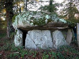 Vue de l'arrière du dolmen de la Borderie, dalles très lourdes.