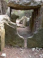 Dolmen, allée couverte (très long dolmen), passages circulaires dans le dolmen