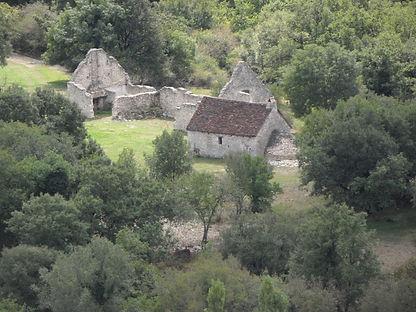 Près de l'arche de pierre, une ferme ruinée, autrefois exploitée par des moines.