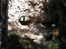Arches de pierre naturelles, trou dans un rocher (perthuis).