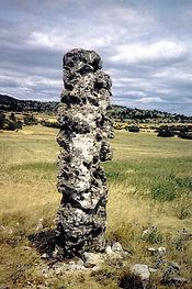 mégalithes, menhirs, vue d'un menhir dressé très érodé