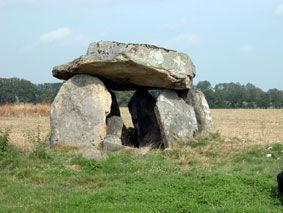 Randonnées pédestres dans des lieux insolites. Lien vers la page sur les dolmens des Monts de Blond dans le Limousin. Photo : un dolmen massif.