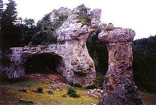 Arches de pierre naturelles, voûte de pierre dans la forêt, vue d'une petite arche près d'une cheminée de fée.