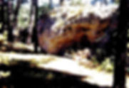 Arches de pierre naturelles, voûtes de pierre dans la forêt, vue d'une petite arche près du village.