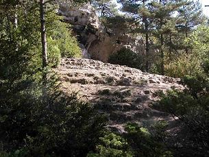 Grotte préhistorique de la Baumelle et son escalier taillé dans le roc, vue médiane.