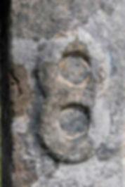 Les énigmes de Morenci, symbole gravé sur l'étrange croix de pierre.