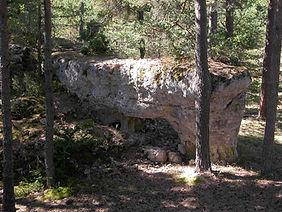 Randonnées pédestres dans des lieux insolites. Lien vers la page sur le village antique des Arcs de Saint-Pierre sur le Causse Méjean. Photo : enceinte naturelle du village.