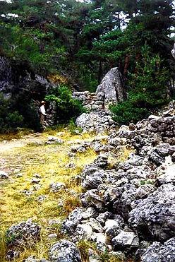 Vestiges du village protohistorique, ruines, murs écroulés
