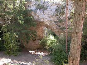 Arche de pierre naturelle, voûte de pierre dans le forêt, vue d'une petite arche.